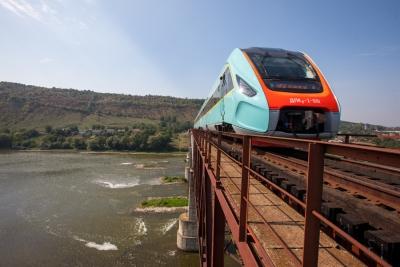 Пригородный дизель-поезд проходит испытания