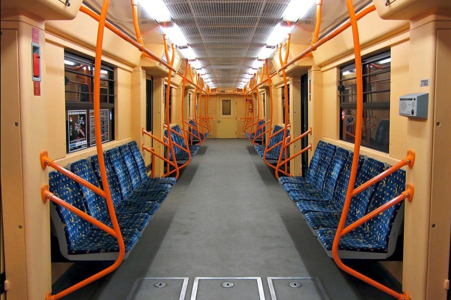 Інтер'єр вагону електропоїзда метро мод. 81-7037